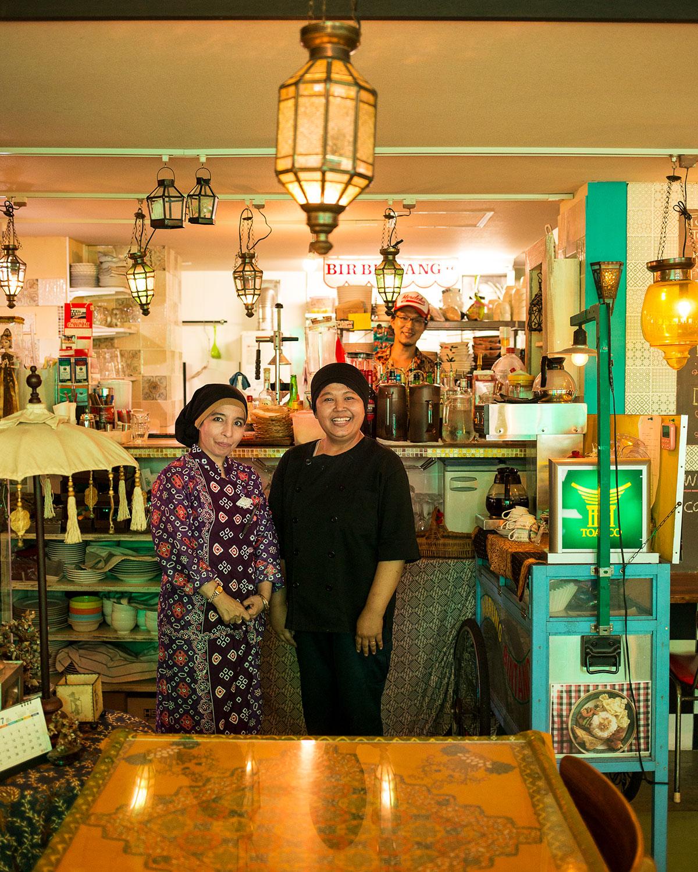 イチャさん(左)、スタミさん(右)、渡辺宗司さん(奥)。