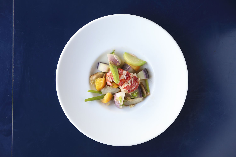 オマール海老と旬野菜の温かいサラダトリュフビネグレット1598円。