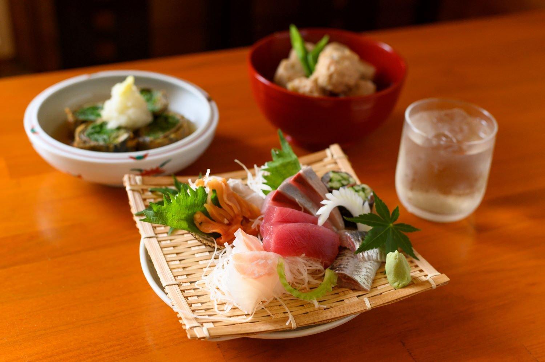赤貝やイワシなどが並んだ刺盛り1人前1210円~、イワシや大葉、梅肉などを海苔で巻くイワシの香梅揚げ660円など。トマト酒660円は7月下旬から。