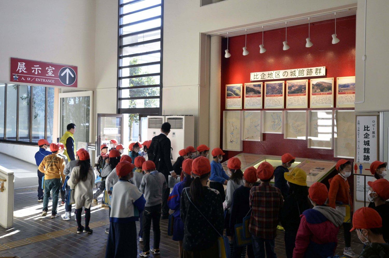 埼玉県内の多くの小学校が歴史教育で訪れる。ロビーには近隣の城跡を説明するパネルがある。探訪前にぜひチェックを。