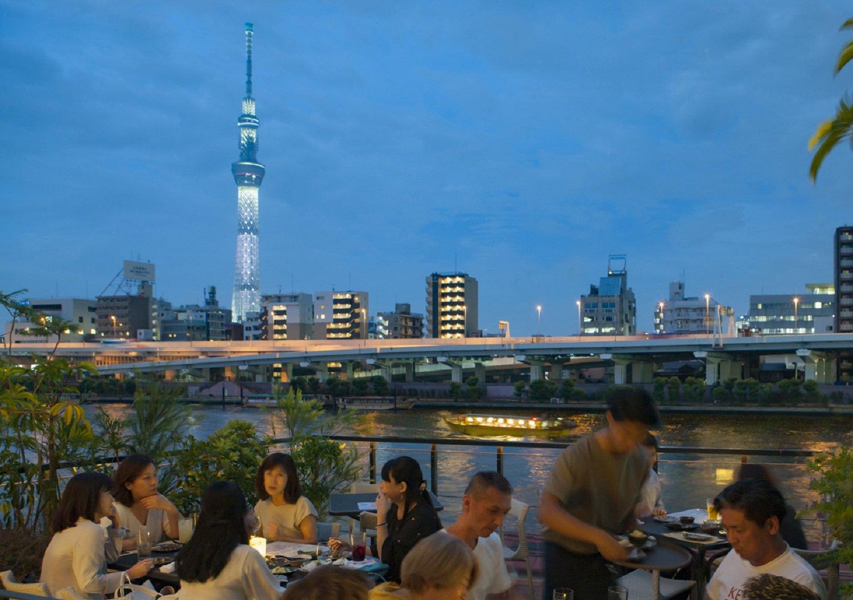 京都などでみられる川床の東京版、「かわてらす」は昼夜とも予約可能(1組4名まで)。