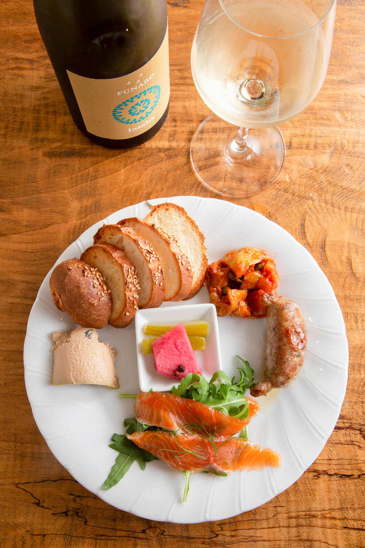 前菜の盛り合わせ小1000円。ほかに、中1600円、大2000円もあり。ワインはイタリア産のみで常に20種以上、グラス600円~。