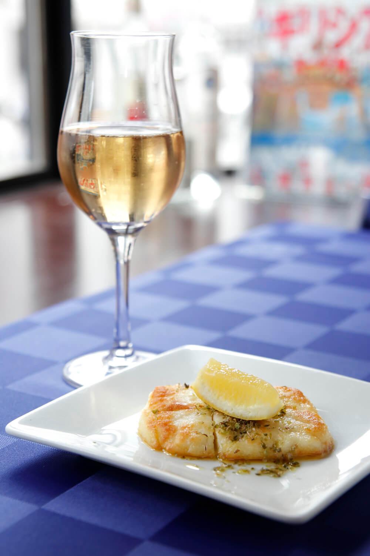 サガナキ750円。揃えるワインはギリシャ産のみ。グラス600円~。