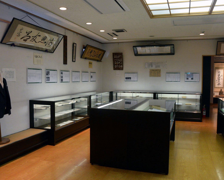 著作や揮毫(きごう)、政財界の要人との書簡、復元された書斎などを展示。
