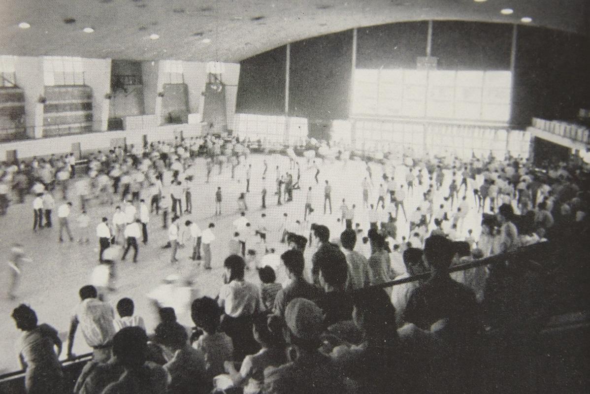 「オリンピック時には氷ではなく床に板を張って、大変だなあと記憶しています」と法政大学名誉教授の渡邊さん。屋根付きで多くの観客を収容できる施設は当時貴重だった。