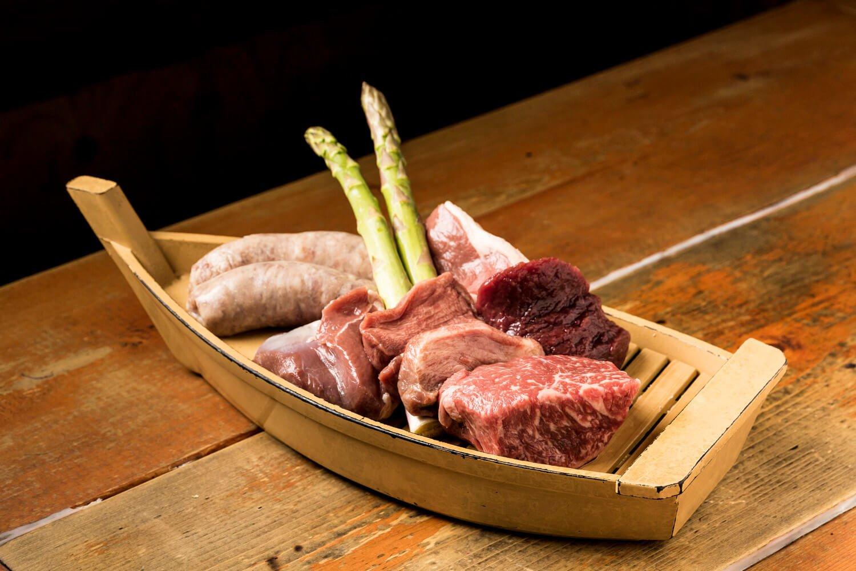 肉6、7種とおつまみのコース4800円がお得。自分で七輪で焼くメニューもあり。