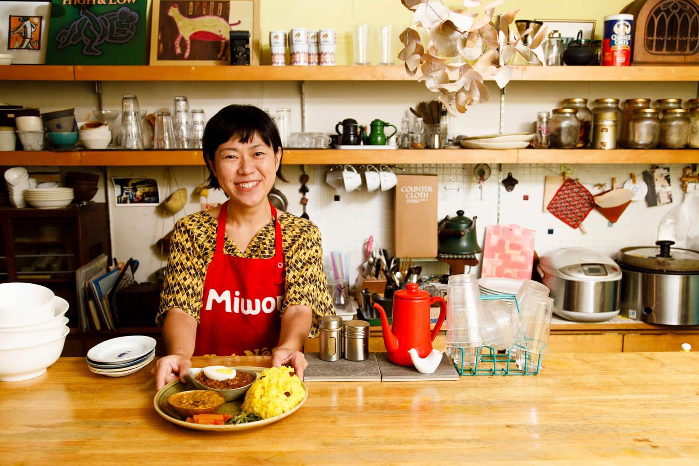 梅村さん。家庭で作れるスパイスカレーのもと500円も販売しており、密かな人気を呼んでいる。