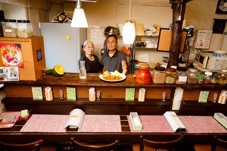店主の多川さん(右)。スタッフと一緒に。