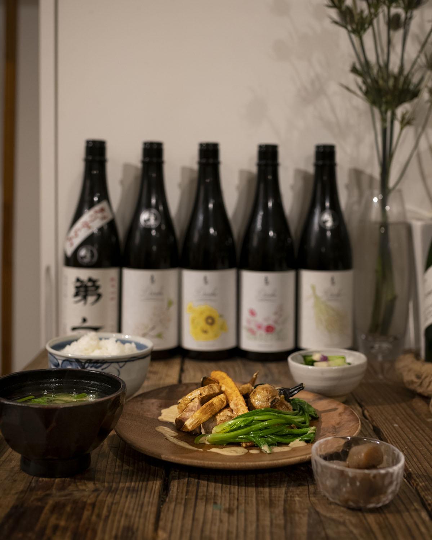 おすすめ品1180円(税別)。このときは豚の柚子胡椒焼き。兄たちが作る酒米で仕込んだ酒「第六」100㎖ 800円と。