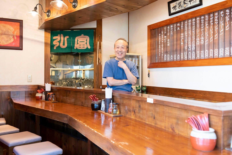 店主の小川さんの人柄にファンも多い。