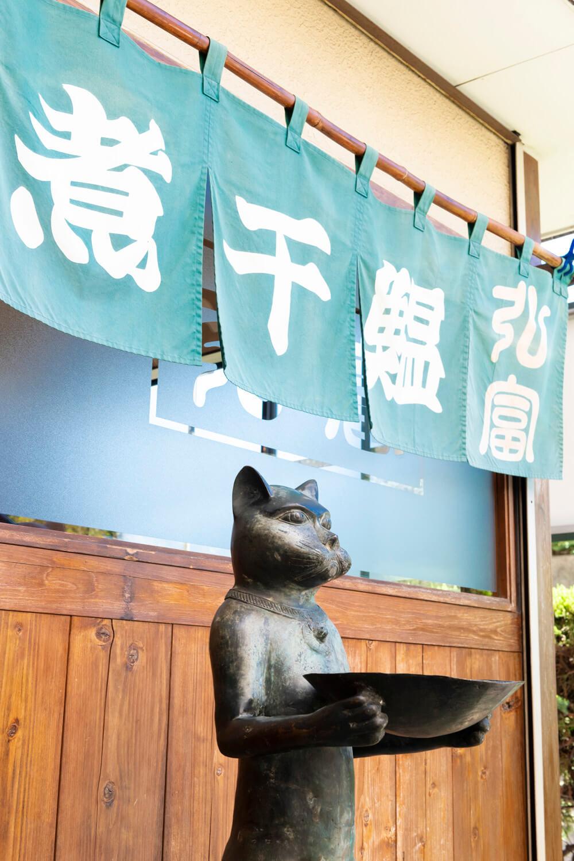 入り口には店主の友人からもらったネコの置物がお出迎え。