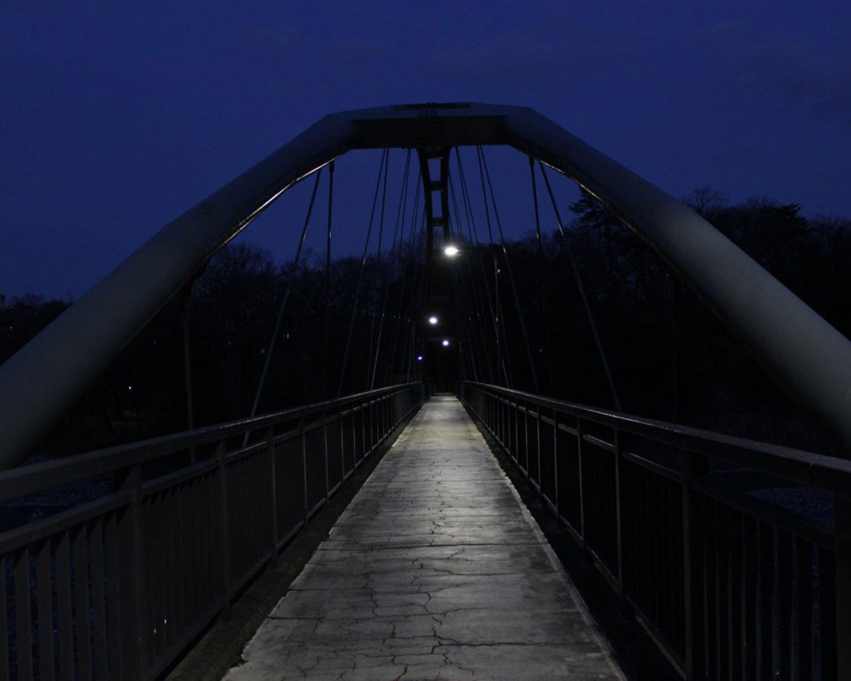 そこだけいつも雪が積もっているような柳淵橋。多摩川に架かる人道橋。