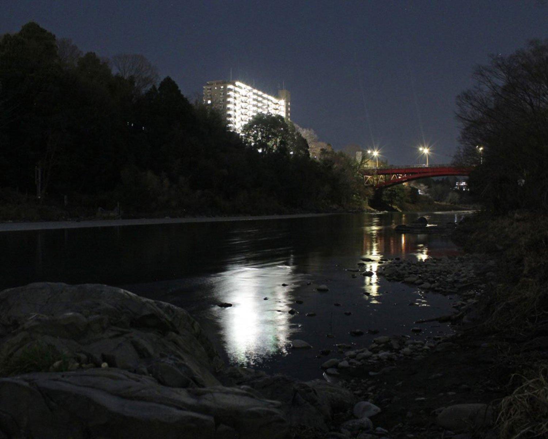 千ヶ瀬の渡し跡と調布橋。対岸の闇(写真右端)になにか立っているのが、わかるだろうか。