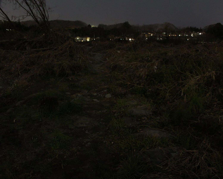 河辺の渡しへのおぼろな道。昭和初期まで重要な交通路だった。