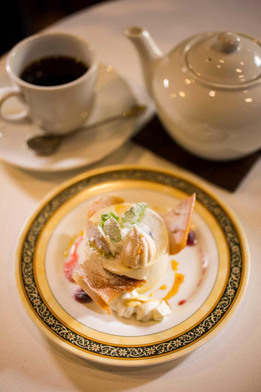 コーヒーは多めにネルドリップしてポットで提供。温め直しもOK。レアチーズケーキ680円。セットのコーヒー740円。