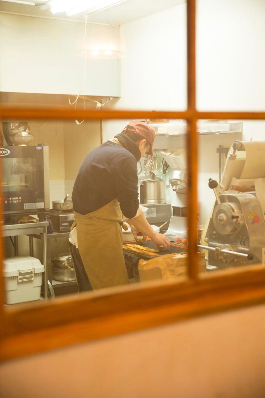 席に着いて注文を待つ間、窓越しにお菓子を作る石川さんの姿が見える。