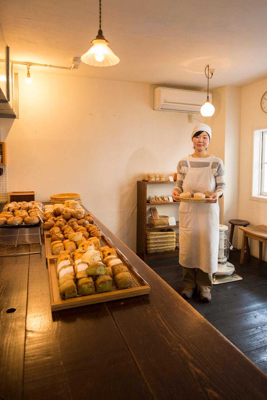 『mimosa』はお菓子も自家製酵母パンも洋子さん手作り。マロンのスコーン1個280円も好評。