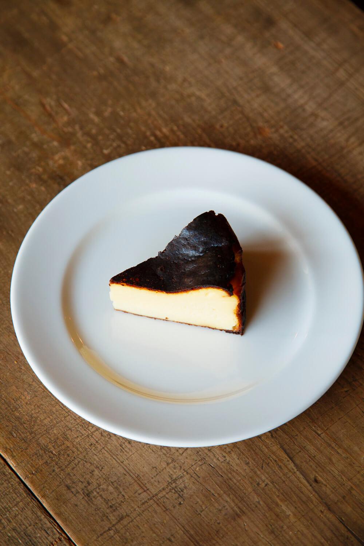 高温で焦がした表面がほろ苦い本日のチーズケーキ、560円。