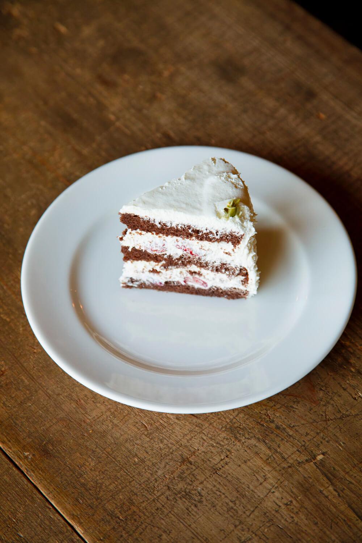 まるで現代アート? イチゴのショコラショートケーキ 580円。