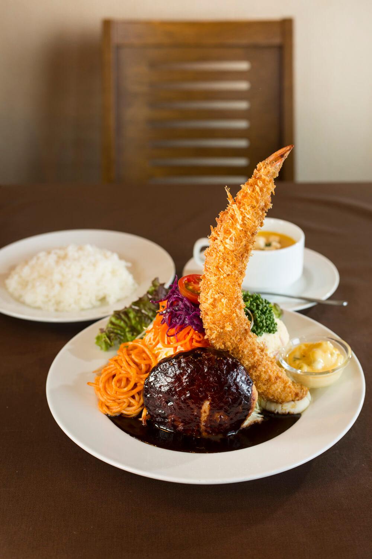 ハンバーグステーキと海老フライの盛合せ1375円はコーンポタージュ、ライス付き。