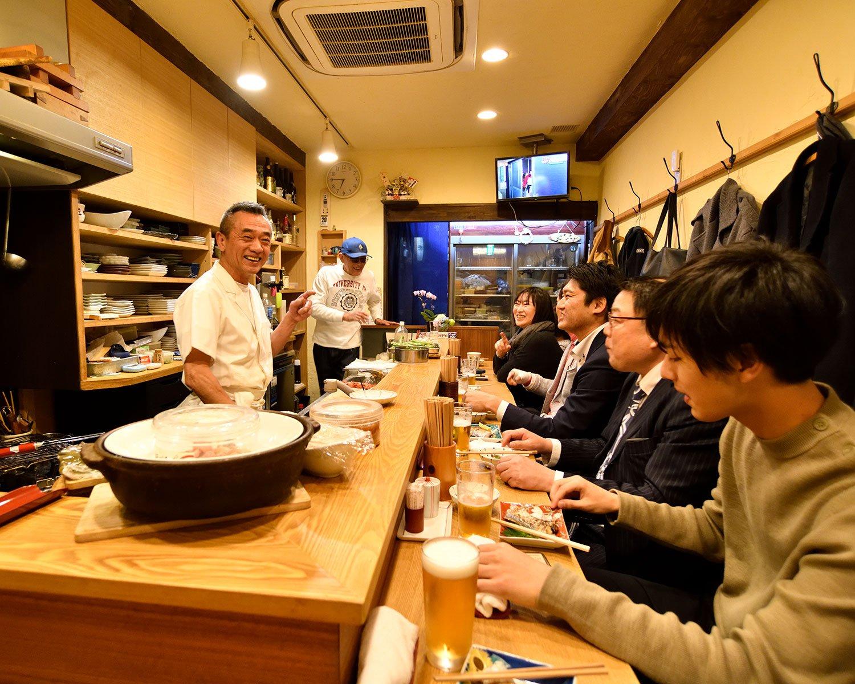 席はL字カウンターのみ。日本酒は約12種。奥の冷蔵庫で客自ら選べる。
