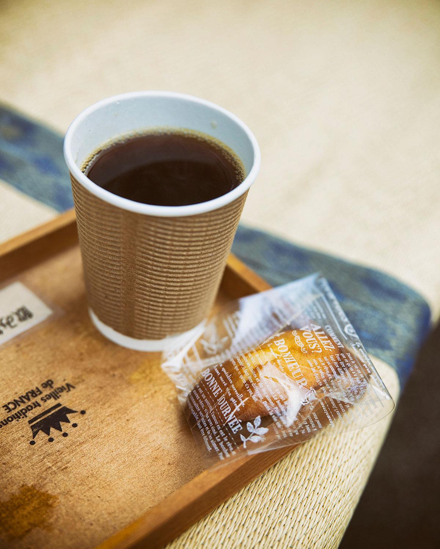 テイクアウトのコーヒーは奥さんお手製のマドレーヌ付き300円。豆は100g600円~。