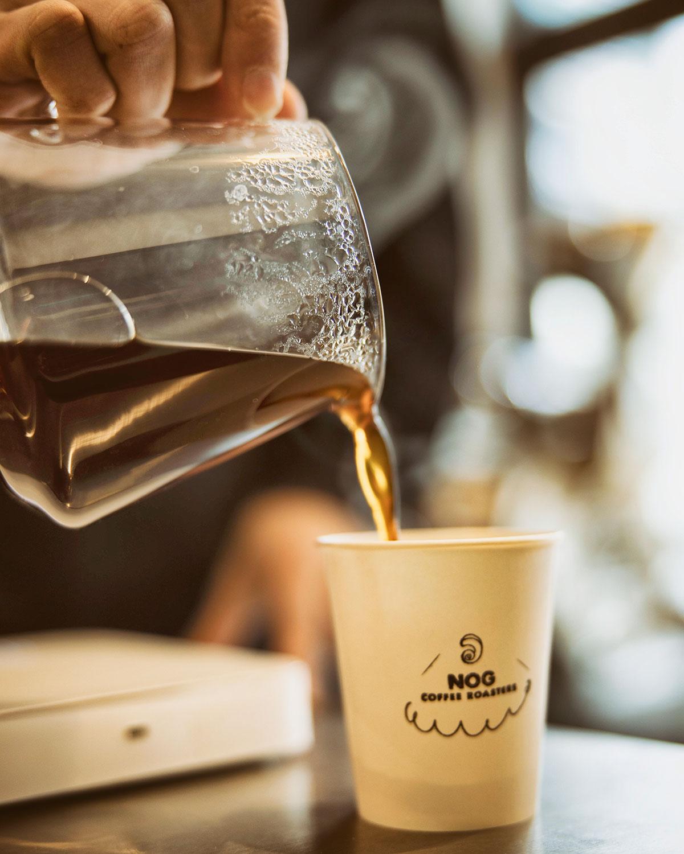 ハンドドリップコーヒーはテイクアウト550円。紙コップには野口さんが描いたロゴのスタンプが。