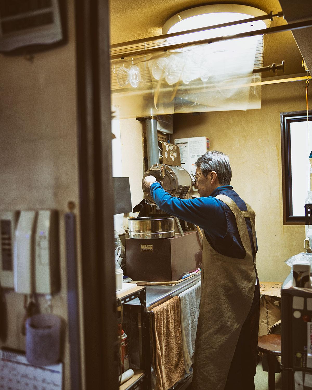 店は自宅の一室で、奥の焙煎室は元写真室。