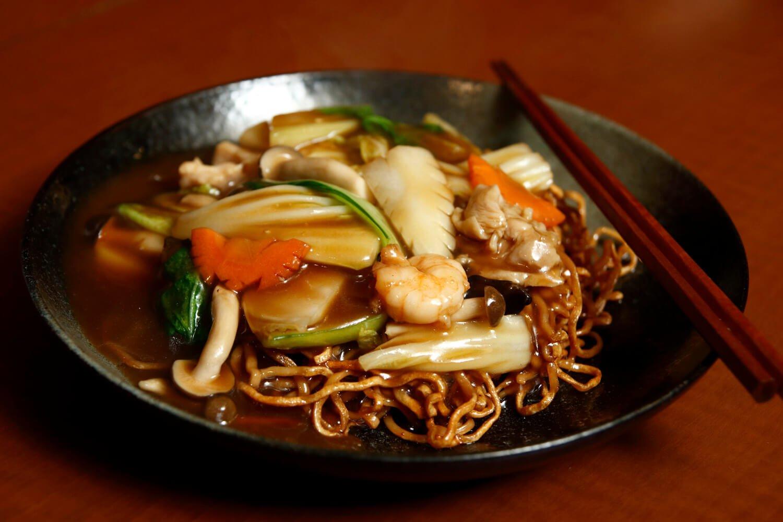 五目あんかけ焼きそば740円。麺は歯ごたえ重視の特注品。