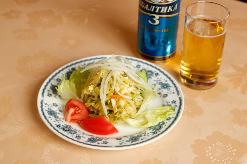 酢漬けのキャベツとディルウィードを和えた料理・カプスタ780円。さっぱりしていて前菜にピッタリだ。ロシアのバルティカビール820円と一緒に。