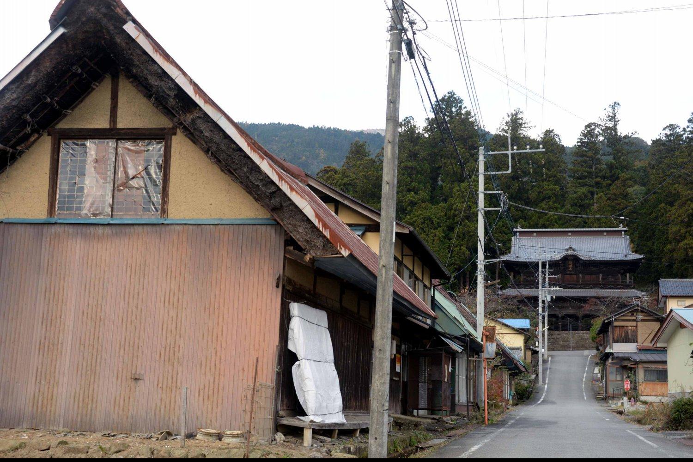 小室山妙法寺。栄華が偲ばれる参道の先に立派な三門がある。