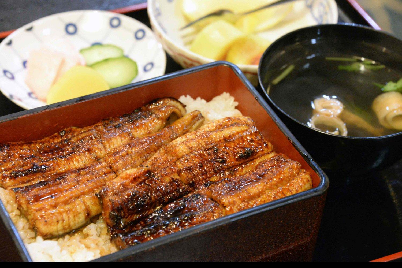 大串(1尾分)4490円。毎日注ぎ足すタレは、たまり醤油を使った甘口濃いめ。
