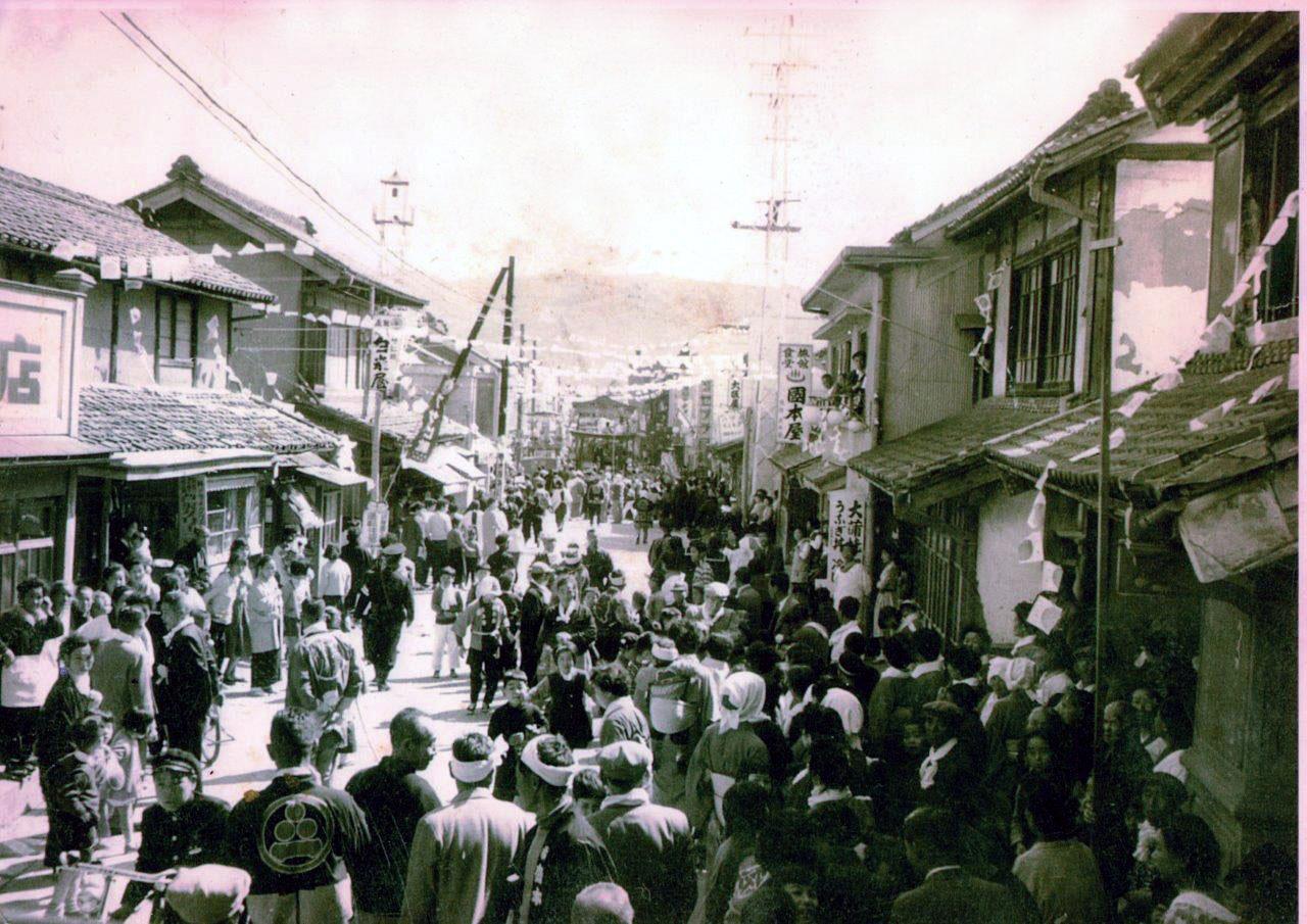 1953年の祭礼と国本屋(写真:後藤智之)