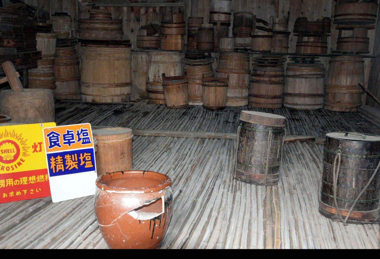 桶やブリキの油缶。手前の壺は中身の塩とも江戸時代物。