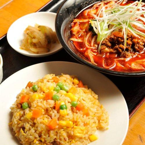 王子『老百姓』で味わう、ピリ辛マーラー刀削麺と優しい味わいの炒飯セット。