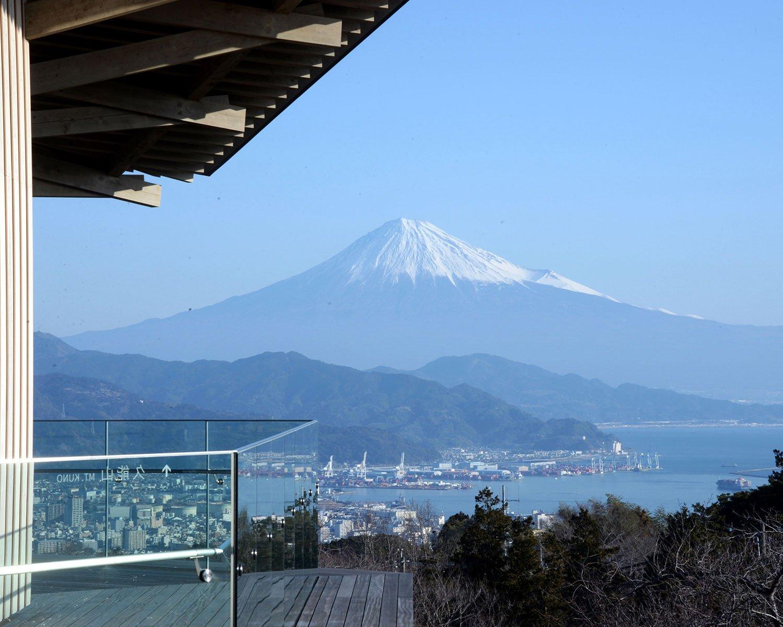 展望回廊から望む富士山。5月ごろまで冠雪した山容が眺められる。