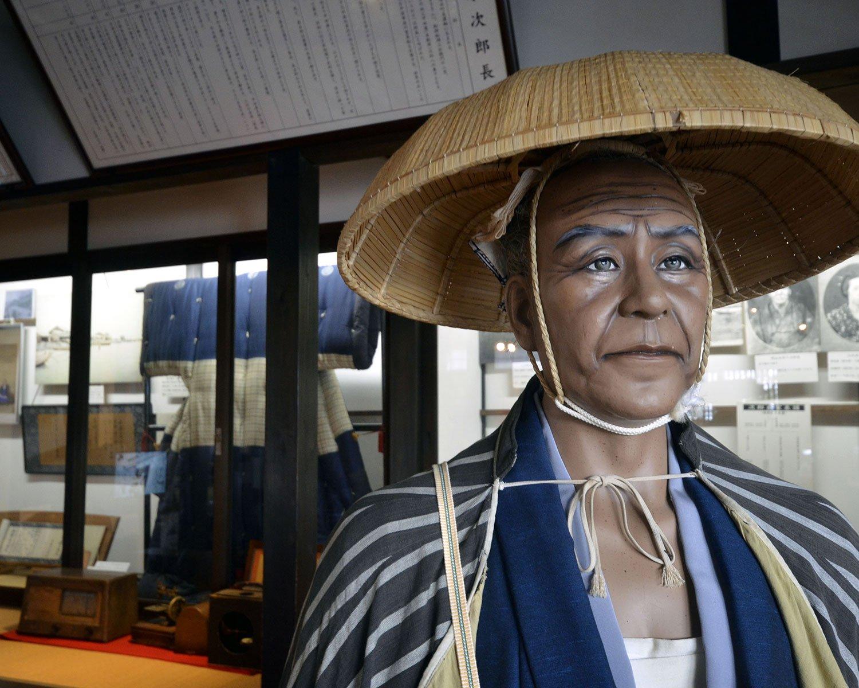 旅姿の清水次郎長。後ろは徳川慶喜公から拝領した熨斗目(のしめ)。