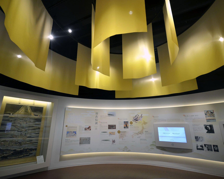 映像シアター隣の展示室には天井から羽衣をかたどったオブジェが。