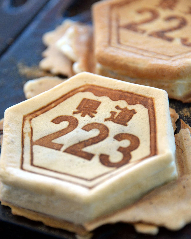 道路標識型の大判焼きの「ふじ見焼き」あんこ180円、くるみ・クリーム各200円。
