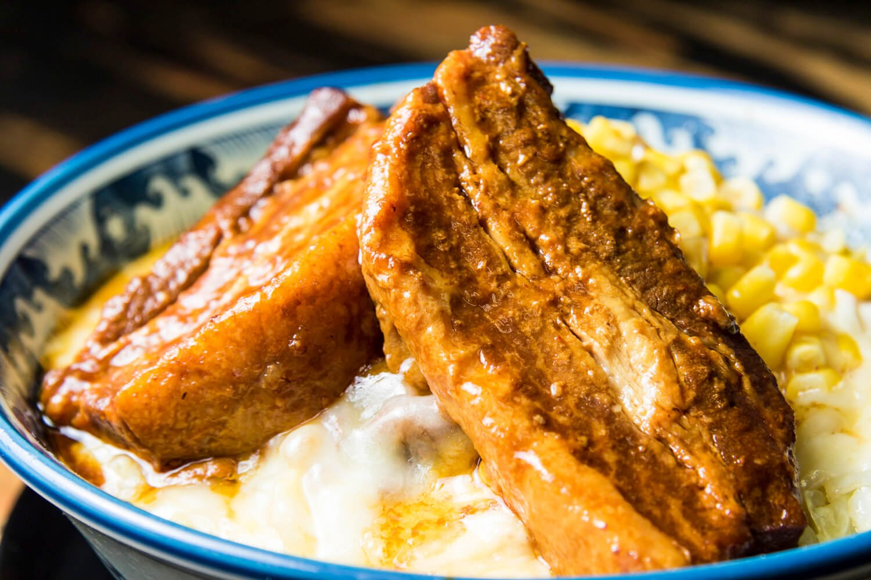 ホエー豚のアメリカンバーベキューぶっかけ930円+特盛りチーズ200円。ホエー豚は6時間煮込み、とろけるような食感に。バーベキューソースが食欲をそそる。