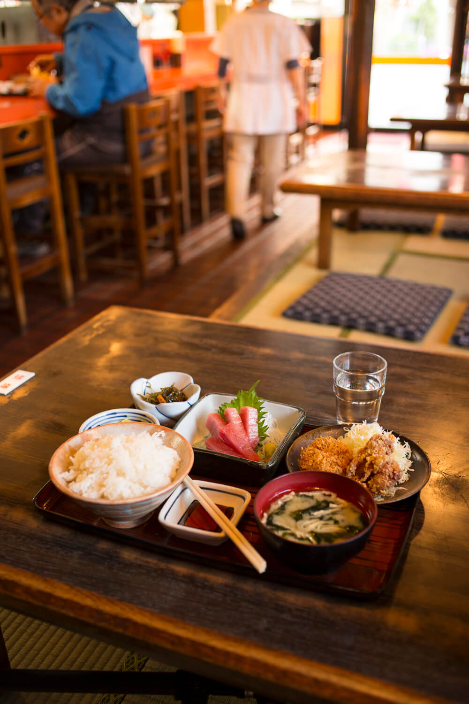 日替定食の本まぐろ刺身と唐揚、コロッケセット1020円。とり唐揚は2個330円で、単品注文もできる。