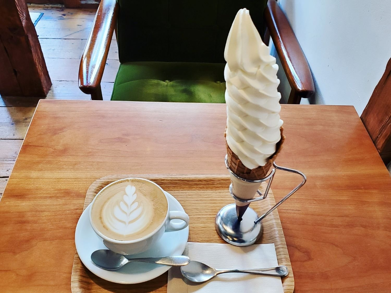 ソフトクリーム・カフェラテセット1010円。