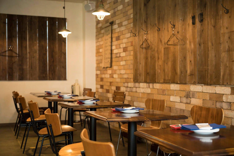 一人客も、親子連れもくつろげる木造り空間。クラフトビールの生も常時4種類用意。2012年より営む。