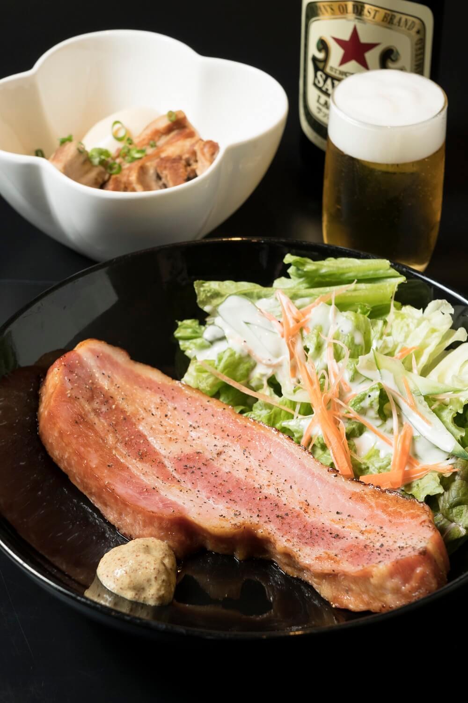 1㎝はある厚切りベーコン780円、豚のだし角煮680円、サッポロ赤星560円。