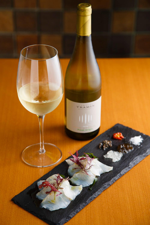 熟成魚のカルパッチョ1280円。白バルサミコのジュレ、魚醤のジュレ、岩手県野田村産の塩などが添えられている。