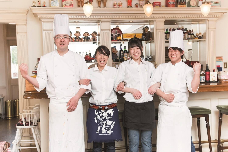 左からコックの鈴木秀行さん、店長の内田雅子さん、ホールの田口実来さん、コックの田村輝晃さん。