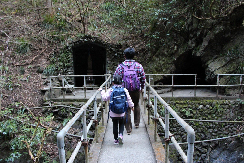 岩屋大師の洞窟をのぞいてみる。
