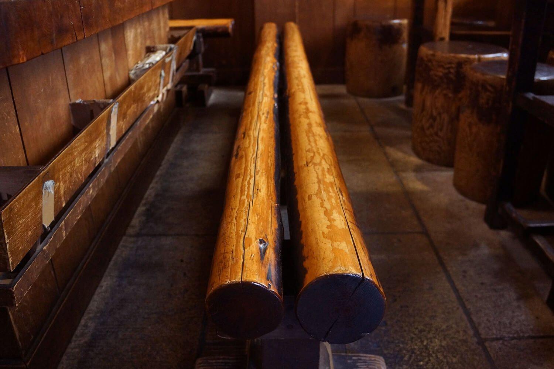 創業時からあるという木製の腰かけ