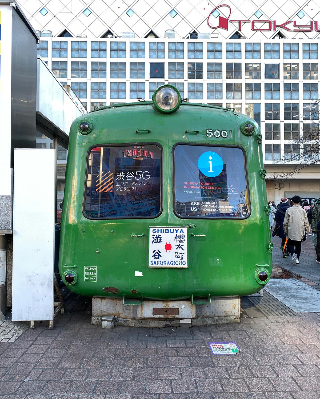 近々秋田へ移転されるという青ガエル電車。待ち合わせるなら今?