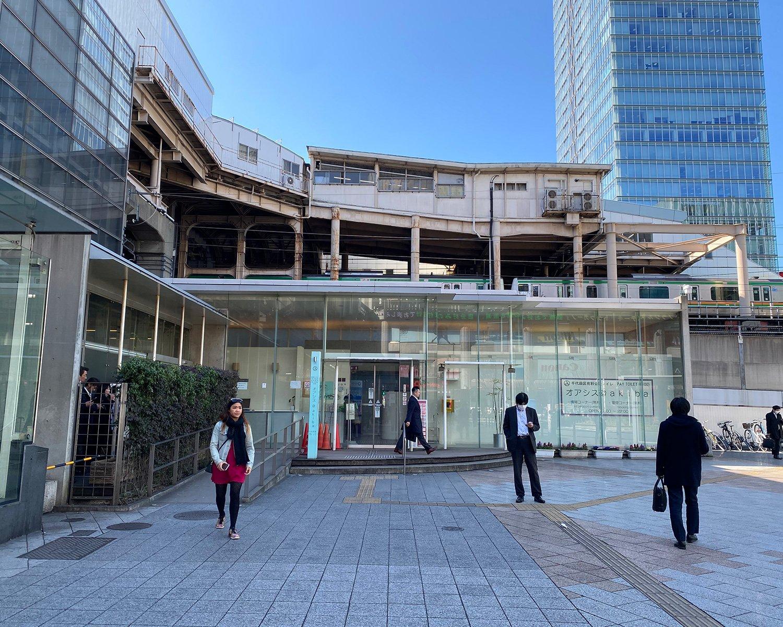 オアシス@akibaは100円の有料トイレ。入り口付近に無料の情報コーナー、横に喫煙所も。